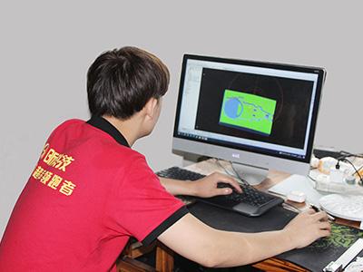 昕科技技术人员检测产品